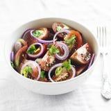 Salade fraîche avec des tomates dans une cuvette blanche Photo libre de droits