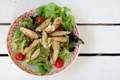 Salade fraîche avec du blanc de poulet photo stock
