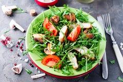 Salade fraîche avec du blanc de poulet Photos libres de droits