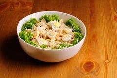 Salade fraîche avec du blanc de poulet, le fromage et des oeufs image stock
