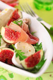 Salade fraîche avec du fromage de figues, de prosciutto et de chèvre. Image stock