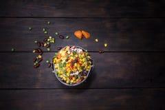 Salade fraîche avec du maïs et mélangée sur la vue supérieure de fond en bois H Photo libre de droits