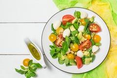 Salade fraîche avec du mozzarella, les tomates, l'avocat et la laitue Photos stock