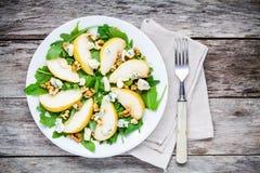 Salade fraîche avec l'arugula, la poire, les noix et le fromage bleu Images stock