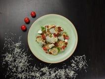 Salade fraîche avec la courgette, le fromage, la laitue et les tomates-cerises grillés image stock