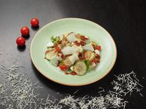 Salade fraîche avec la courgette, le fromage, la laitue et les tomates-cerises grillés image libre de droits