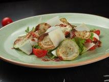 Salade fraîche avec la courgette, le fromage, la laitue et les tomates-cerises grillés photographie stock libre de droits
