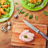 Salade fraîche avec la cuisson de viande et d'oeufs Photographie stock
