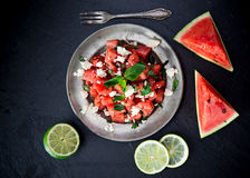 Salade fraîche avec la pastèque, le feta, la chaux et la menthe photos stock