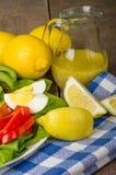 Salade fraîche avec la rectification d'agrume photo stock