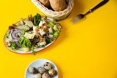 Salade fraîche avec les écrous, la laitue et le fromage et les oeufs de caille bouillis image stock