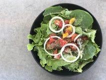 Salade fraîche avec les saumons grillés avec l'espace de copie Images stock