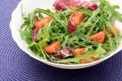 Salade fraîche avec les tomates-cerises et le sésame d'arugula photographie stock libre de droits