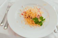 Salade fraîche avec les tomates et le fromage Photos libres de droits