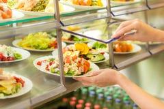 Salade fraîche d'affichage de cantine de service d'individu de buffet Photographie stock