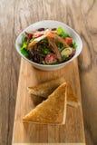 Salade fraîche d'omelette de petit déjeuner images libres de droits