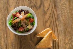 Salade fraîche d'omelette de petit déjeuner avec le jambon de Parme, le feta et les légumes photo libre de droits