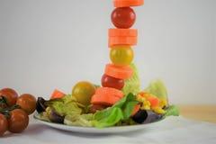 Salade fraîche d'un plat avec les ingrédients dans une ligne verticale grande Photos libres de droits