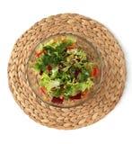 Salade fra?che dans un bol en verre sur le support Salade v?g?tale dans un bol en verre avec les verts, l'huile d'olive et le s?s photos stock