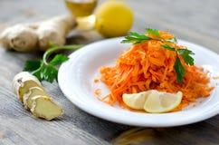 Salade fraîche de carotte avec du gingembre et le citron d'un plat Photographie stock
