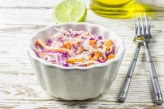 Salade fraîche de salade de choux faite de chou et carottes rouges et blancs déchiquetés Photo libre de droits