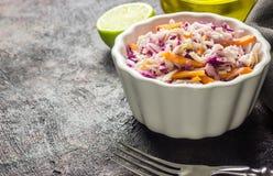 Salade fraîche de salade de choux faite de chou et carottes rouges et blancs déchiquetés Photographie stock