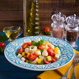 Salade fraîche de coeur de paume, de tomates-cerises, de paprika jaune, d'ail et de persil sur le fond en bois Photo libre de droits