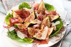 Salade fraîche de figue sur le fond en bois foncé photographie stock