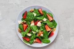 Salade fraîche de fraise avec les feuilles d'épinards, le parmesan et les noix Nourriture de r?gime sain image stock