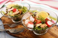 Salade fraîche de fruits de mer, amende dinning avec la nourriture saine Image libre de droits
