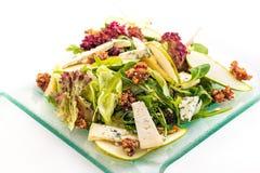 Salade fraîche de laitue avec du fromage bleu, la poire et les noix caramélisées de la glace d'isolement sur le fond blanc, photo Photographie stock