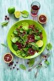 Salade fraîche de ressort avec l'arugula, les feuilles de betterave, l'avocat, les tranches oranges rouges et la canneberge Photos libres de droits