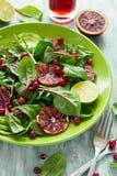 Salade fraîche de ressort avec l'arugula, les feuilles de betterave, l'avocat, les tranches oranges rouges et la canneberge Image libre de droits