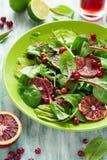 Salade fraîche de ressort avec l'arugula, les feuilles de betterave, l'avocat, les tranches oranges rouges et la canneberge Images libres de droits