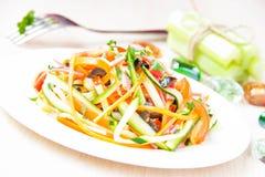 Salade fraîche des bandes minces découpées en tranches de la carotte et de la courgette comme snac Images libres de droits