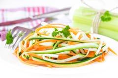 Salade fraîche des bandes minces découpées en tranches de la carotte et de la courgette comme snac Image libre de droits