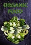 Salade fraîche des légumes organiques, concombres, verts, persil image libre de droits