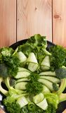 Salade fraîche des légumes organiques, concombres, verts, persil photos stock