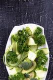 Salade fraîche des légumes organiques, concombres, verts, persil photo stock