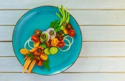 Salade fraîche des tomates des concombres et des carottes images stock