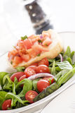 Salade fraîche et Bruschetta Photo stock