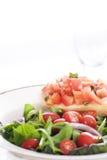 Salade fraîche et Bruschetta Images stock