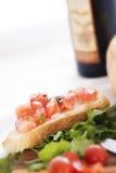 Salade fraîche et Bruschetta Photos stock