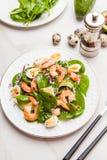 Salade fraîche et saine avec des crevettes, épinards et avocat sur un marb photographie stock