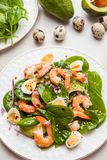 Salade fraîche et saine avec des crevettes, épinards et avocat sur un marb image stock