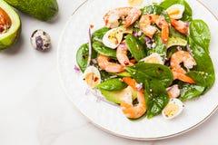 Salade fraîche et saine avec des crevettes, épinards et avocat sur un marb photo libre de droits