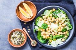 Salade fraîche légère avec le pois chiche et les verts, vue supérieure de graines Plat sain de nourriture de Vegan images libres de droits