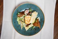 Salade fraîche saine avec du blanc de poulet, les tomates et la laitue Images stock
