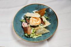 Salade fraîche saine avec du blanc de poulet, les tomates et la laitue Photo libre de droits