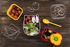 Salade fraîche se tenant sur la table près des beignets Photo libre de droits